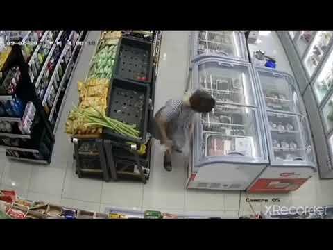 Vờ mua đồ trong siêu thị, người phụ nữ nhanh tay giấu 2 khay tôm sú vào trong váy một cách khó hiểu