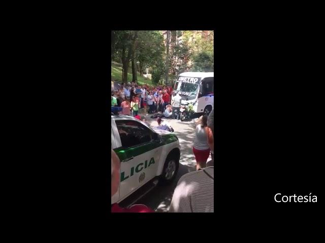 Policías se estrellaron contra una buseta en Envigado