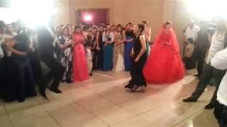 Цыгане бодро танцуют на свадьбе