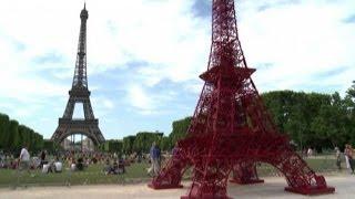 Una Torre Eiffel rossa realizzata con le sedie Bistro