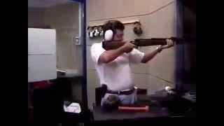 Арабы тестируют сильную отдача у ружья