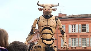 Video A minotaur and giant spider parade through Toulouse streets download MP3, 3GP, MP4, WEBM, AVI, FLV November 2018