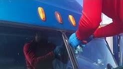Дальнобой. Замена лобового стекла БЕСПЛАТНО. FREE windshield replacing on Semi truck.