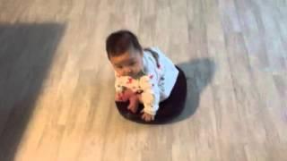 아빠에게 아기맡기면 안되는이유-로봇청소기에 앉아 있는 아기