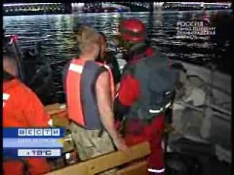 У Дворцовой набережной катер врезался в корабль