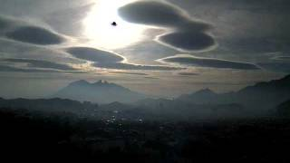 Altocumulus lenticularis and sundog visible from Monterrey, Mexico (time-lapse) - January 22, 2012