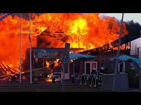 14-05-2019 Grote felle brand verwoest visrestaurant Villa Zeezicht Zeedijk Lauwersoog