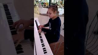 Девочка Красиво играет на пианино !!!
