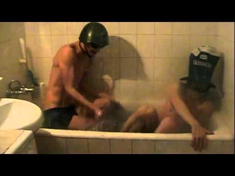 Парни балуются в ванной.mp4