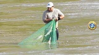 Mira Como los PESCADORES Pescan con Red de Mano en aguas Torrentosas de río