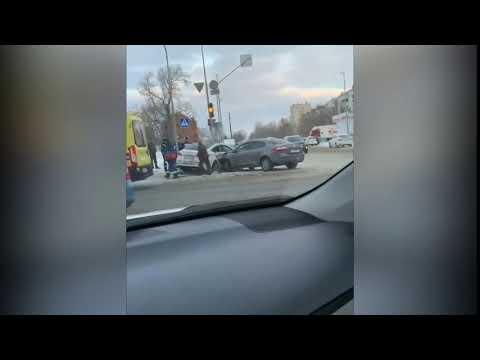 В Казани женщина попала под колеса иномарки, в которую въехало другое авто