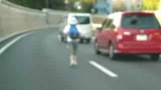 首都高速2号上り線を走る人を発見 thumbnail
