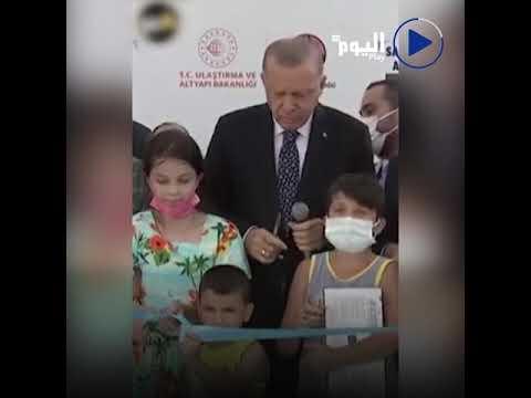 فيديو صادم انتشر على مواقع التواصل الاجتماعي لأردوغان وهو يضرب طفلاً عبر الطرق على رأسه بأصابعه