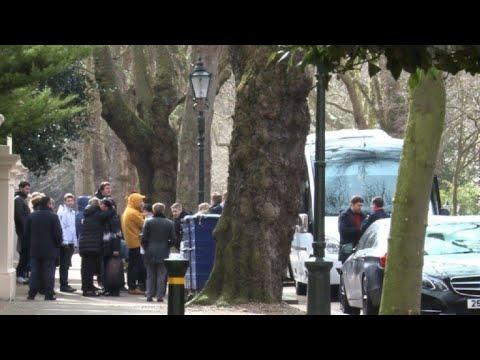 Londres: les diplomates russes expulsés quittent l'ambassade