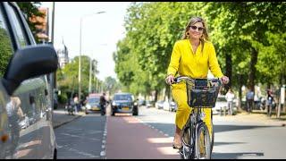 Máxima fietst naar het Kunstmuseum