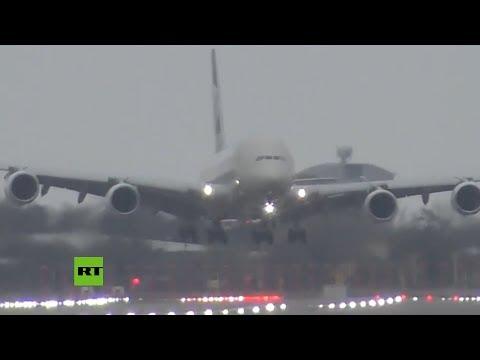 Un avión realiza