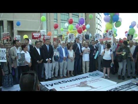 euronews (in Italiano): Turchia: si apre processo a Cumhuriyet, in centinaia manifestano per libertà di stampa