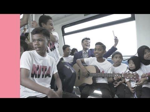 Anak-anak Chow Kit busking dalam MRT