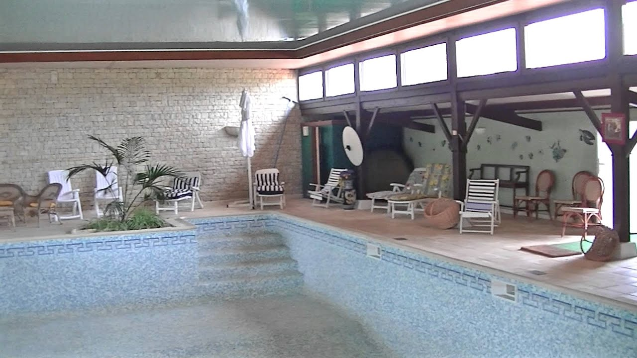 Maison avec piscine couverte youtube for Interieure maison