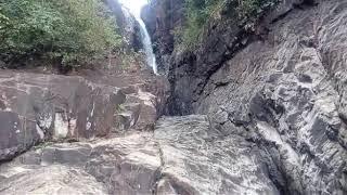 Купание в водопаде. Прыжки туристов с отвесных камней