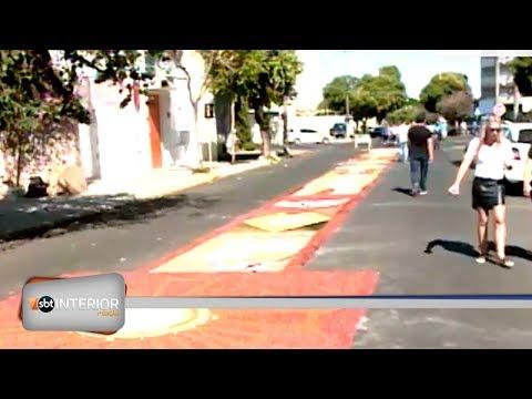 Voluntários ajudam a confeccionar tapete em ruas de Araçatuba