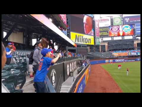 Max Scherzer plays catch with young Mets fan in stands at Citi Field