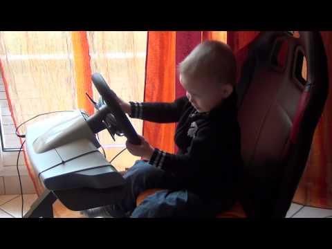 jeune pilote au volant de la playseat