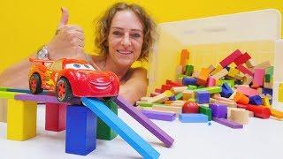 Tolle Spielzeugautos - Lightning McQueen auf Deutsch - Wir bauen einen Parkour