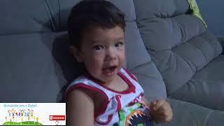 Rafael comendo chocolate e falando as cores em inglês e português