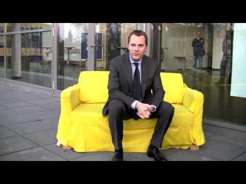 Bundesgesundheitsminister Daniel Bahr auf dem gelben Sofa
