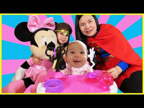 New Baby First Time Sitting in Disney Chair, Best Learning Videos Leer Kleuren Baby Finger Family - Duur: 3:30.