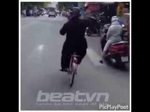 Chú tiểu vừa đi xep đạp vừa quẩy