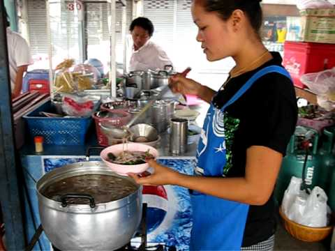 Making Lad Na (Thai noodles in gravy) on Rama 3 Road