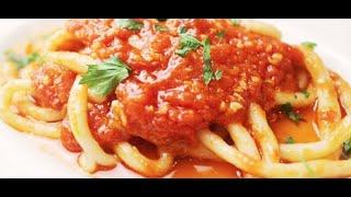 """にんにくとトマトのシンプルなソースで食べる、名物の極太パスタ""""ピーチ"""""""