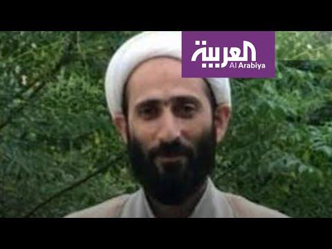 رجل دين إيراني يضع زيتاً بأنوف مصابي كورونا.. ويهرب