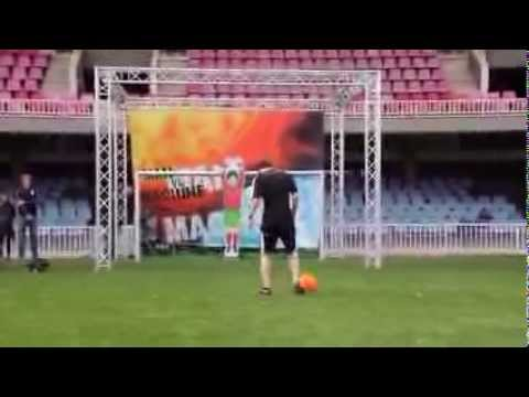 Lionel Messi Vs Robot Goal Keeper. Who is better ?  - Feed Me Football