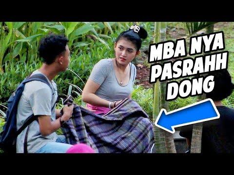 PAKEIN SARUNG KE CEWEK CANTIK - CEWEKNYA Pasrah dong HAHA - Prank Indonesia