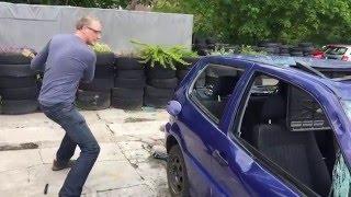 Zerstörung eines VW Polo (2 Guys smashing a car)