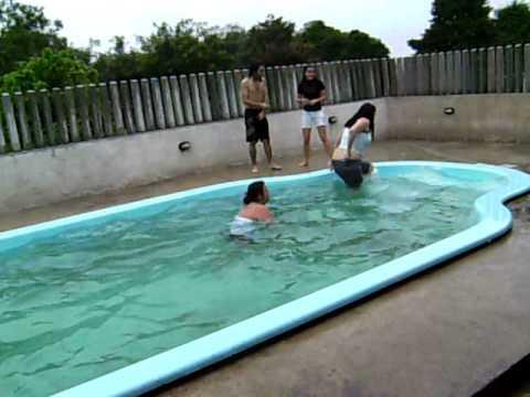 pulando na piscina chuva e frio youtube