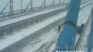 На мосту на остров Русский автобус снес легковушку, попавшую в ДТП