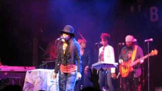 erykah badu takes stage from dave chappelle & does BUMP it