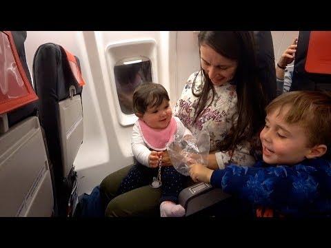 PRIMEIRA VIAGEM DE AVIÃO DA LAURA!! Estamos Indo para o Brasil - Daily Vlog Férias em Familia