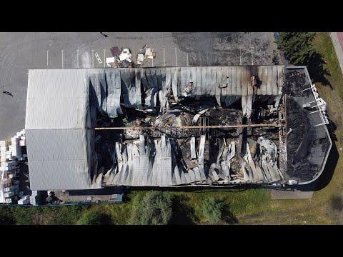 Spalony budynek hurtowni budowlanej w Pabianicach