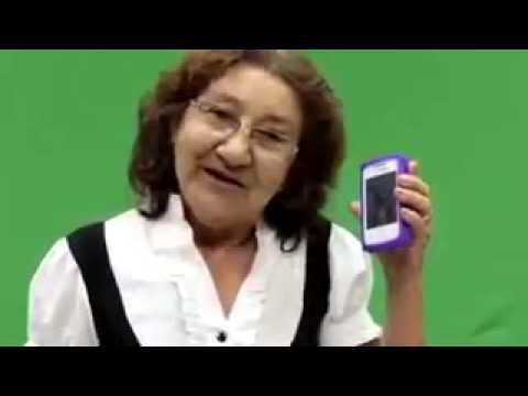 Dona Irene teimando com o gatinho do celular