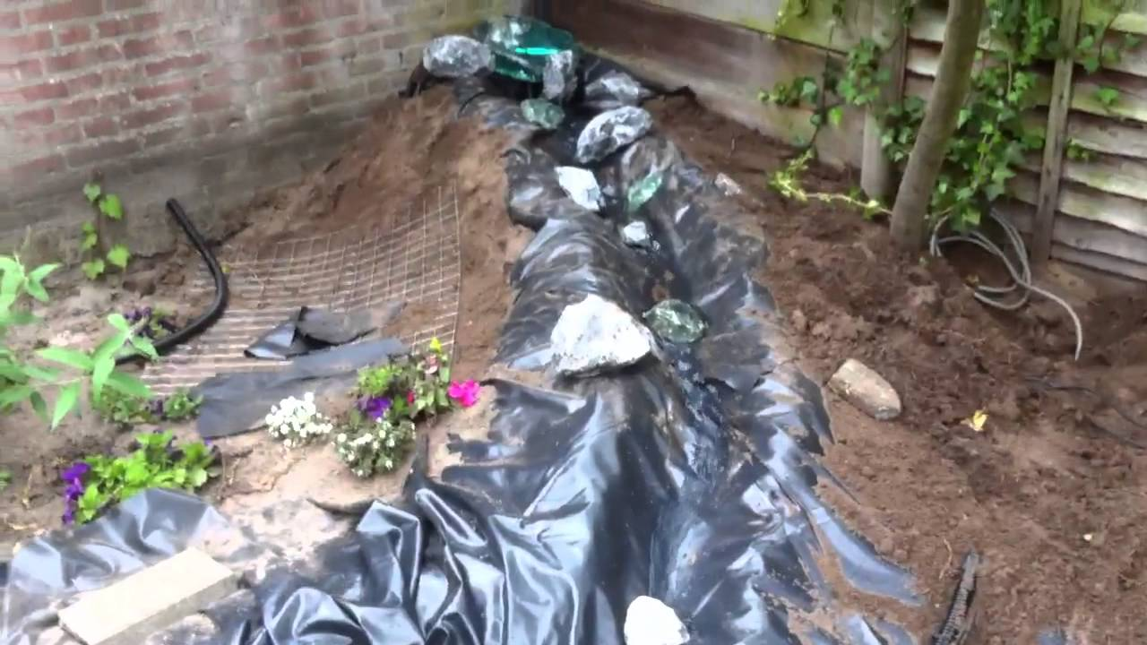 Vijver met waterval in aanbouw youtube for Tuinvijvers aanleggen