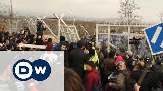 Как беженцы в Греции проломили ворота в Македонию(Около семи тысяч беженцев скопились на греко-македонской границе в ожидании, когда у них появится возможно..., 2016-02-29T16:25:37.000Z)