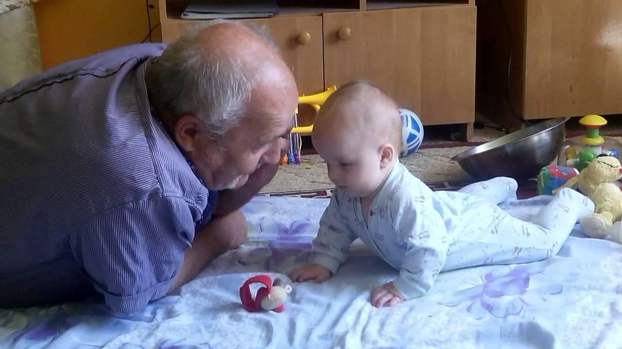 Внук и дед сосутся