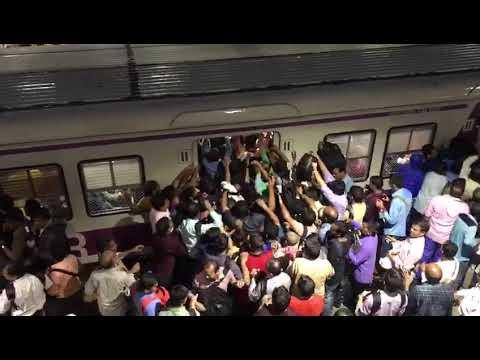 people struggling to enter train - Andheri
