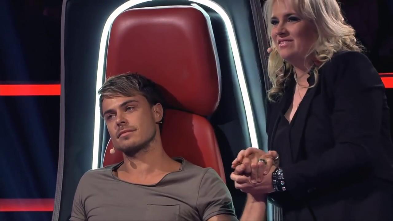 Download Jurado chora sem parar ao encarar jovem cantor no The Voice.