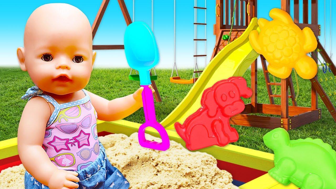 ¡La bebé Amelia en el patio de recreo! Juegos con arena para niños. Juguetes para niñas Baby Born
